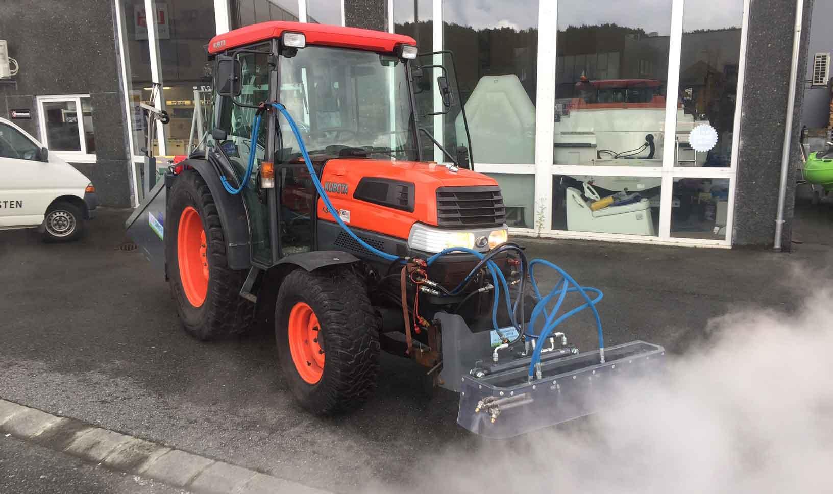 Montering bak på traktor med dysebom foran.